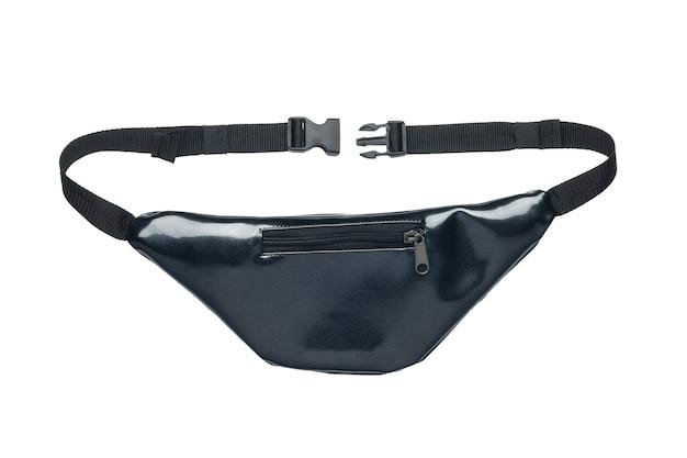 Поясная сумка черного сверкающего цвета на белом фоне. крупный план, вид сзади.