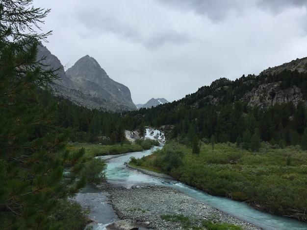 流れる滝と青い川。 belukha国立公園のioldo-ayry川