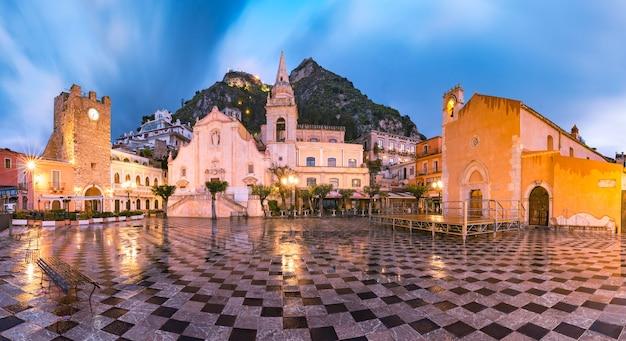 Бельведер таормина на площади пьяцца ix априле в таормине дождливой ночью, сицилия, италия