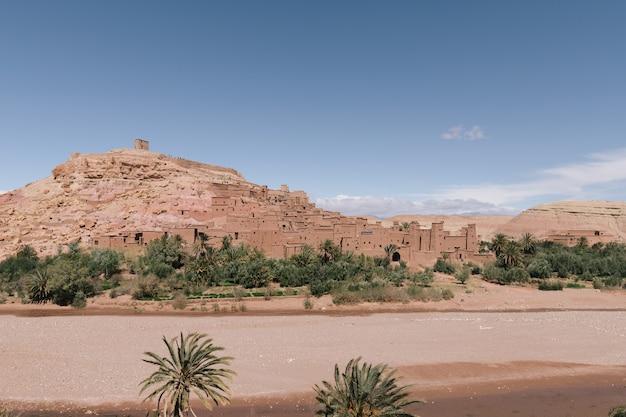 모로코의 맑은 하늘 아래 ben haddou ait