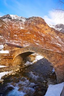 Бенаской мост через реку эсера в уэске, испания