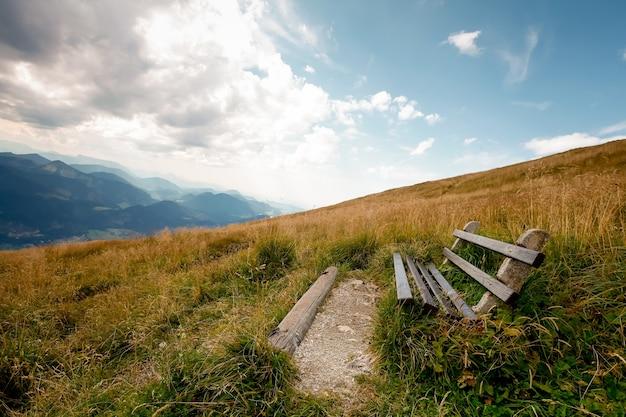 Скамейка и стол для отдыха с видом на альпы в австрии