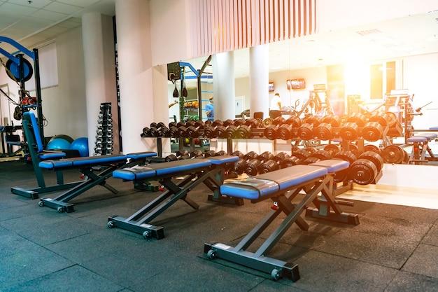 Скамейка в тренажерном зале. оборудование и тренажеры в современном тренажерном зале фитнес-центра.