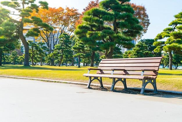Скамья в осеннем парке