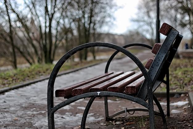 春の街のベンチ