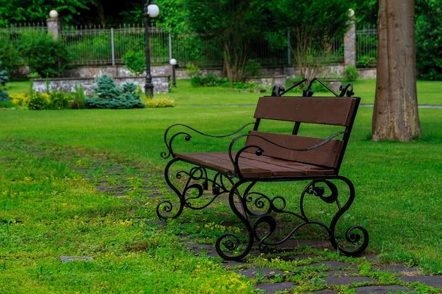 푸른 잔디에 공원에서 벤치