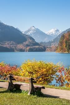 산의 전망과 호수에 산책로 근처 벤치 프리미엄 사진