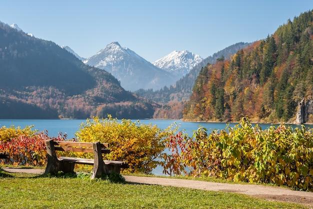 산의 전망과 호수에 산책로 근처 벤치