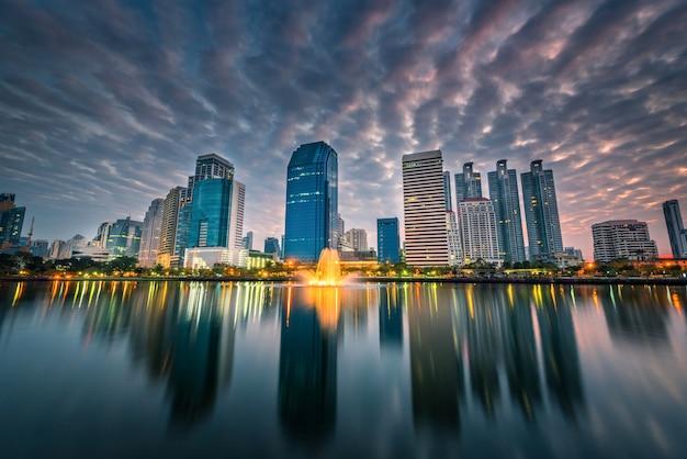 Изображение городского пейзажа парка benchakitti на twilight времени в бангкоке, таиланде.