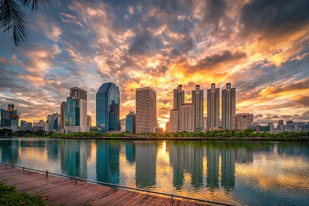 Изображение городского пейзажа парка benchakitti на восходе солнца в бангкоке, таиланде.
