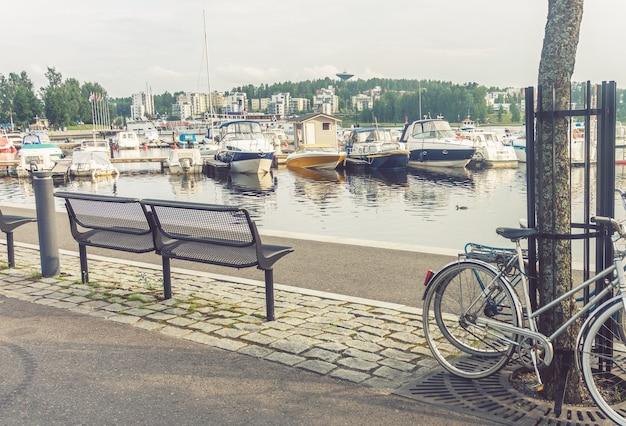 핀란드 jyvaskyla 제방의 벤치, 자전거 및 보트