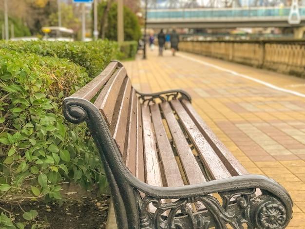 Скамейки для людей, стоящих на набережной
