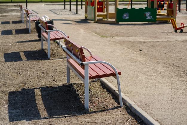 通りのベンチ
