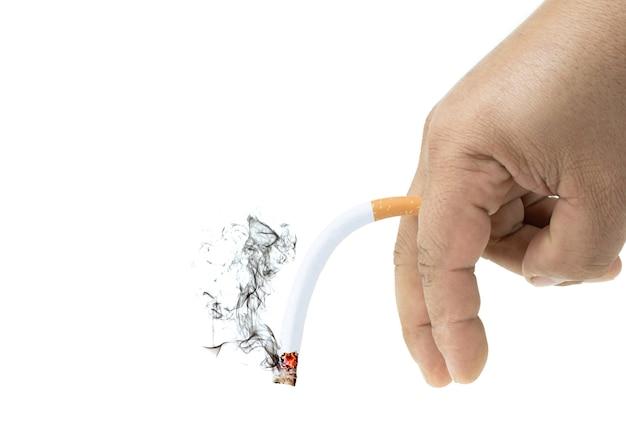 격리된 흰색 배경, 발기 부전 개념에서 남자의 손에 연기와 함께 담배 굽기