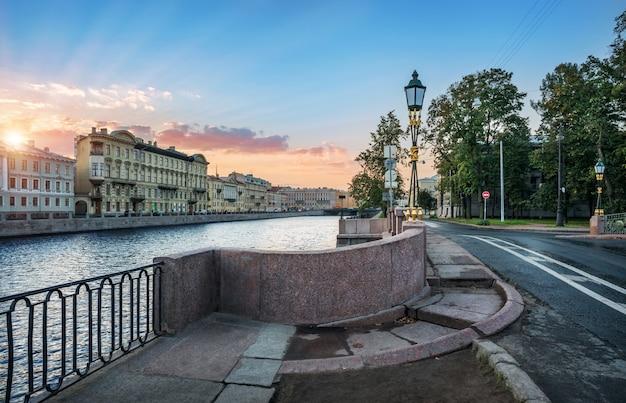 Изгиб 2-го инженерного моста в санкт-петербурге и набережная реки фонтанки осенним утром
