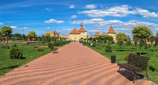 ベンダー、モルドバ06.09.2021。晴れた夏の日に、ベンダー、トランスニストリア、モルドバのアレクサンドルネフスキー公園とティギナ要塞
