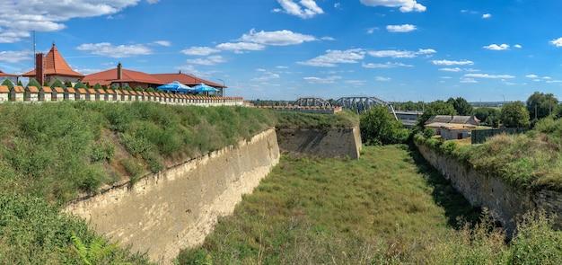 ベンダー、モルドバ06.09.2021。晴れた夏の日に、ベンダー、トランスニストリア、モルドバのティギナ要塞のシャフトと堀