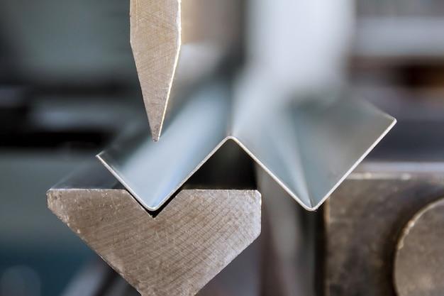 Гибка оцинкованного листового металла на гидравлическом гибочном станке в заводских условиях.