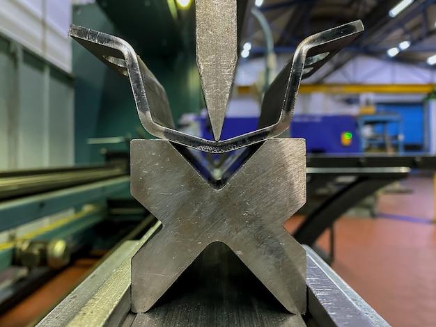 Гибка деталей из листового металла с использованием гибочного станка для листового металла на заводе