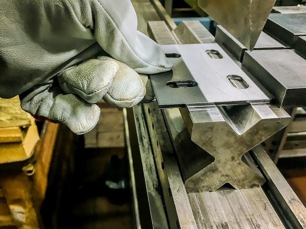Гибка листового металла на гидравлическом гибочном станке