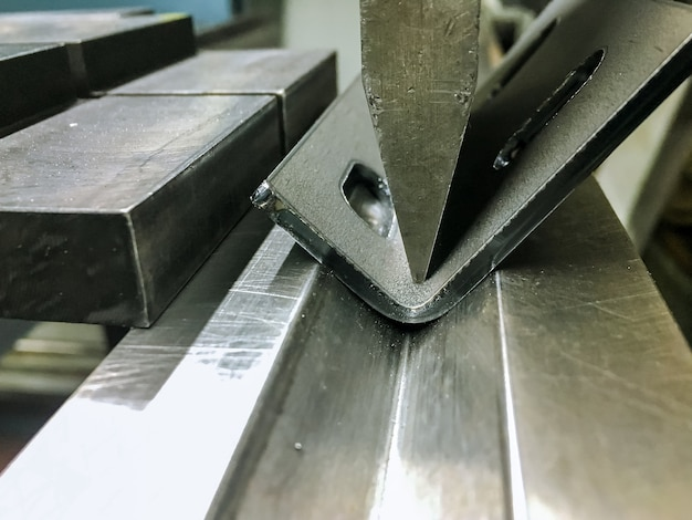 Bending sheet metal with a hydraulic bending machine