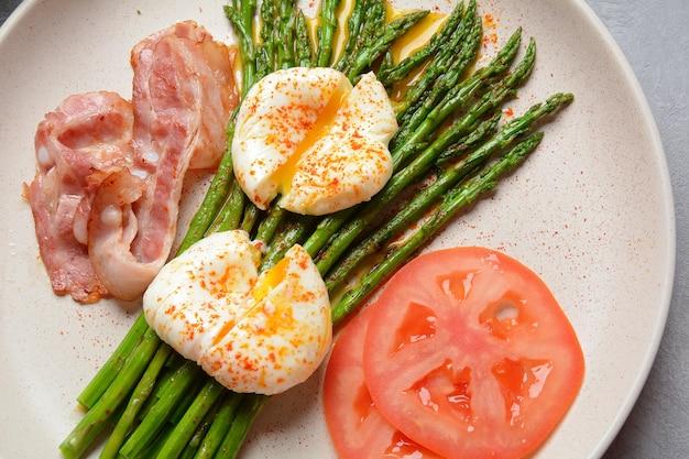 ベネディクトポーチドエッグベーコンとフライドアスパラガスの朝食