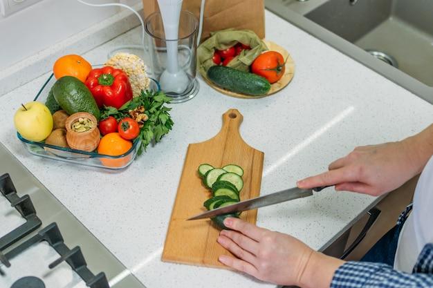Преимущества огуречного сока. зеленый смузи для приготовления пищи для детоксикации и похудения