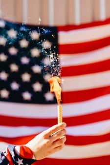 Бенгальский огонь на фоне флага америки