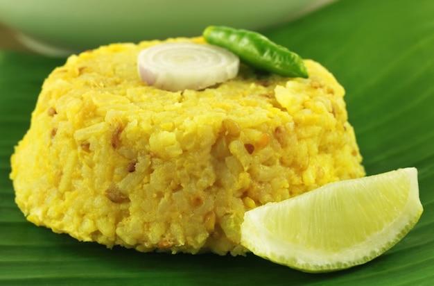 キチュリーと名付けられた米とレンズ豆のベンガル料理