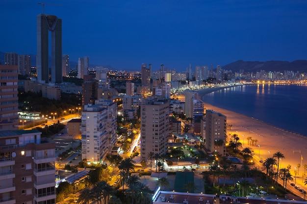 밤에 benidorm 해변과 고층 빌딩