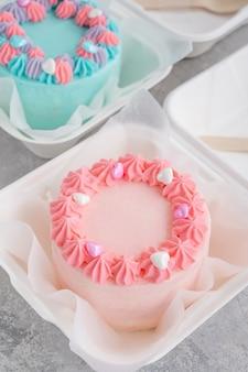 お弁当ケーキ。お弁当箱に別の小さなケーキ。アジア料理のトレンド。どんな休日にもかわいいギフト。