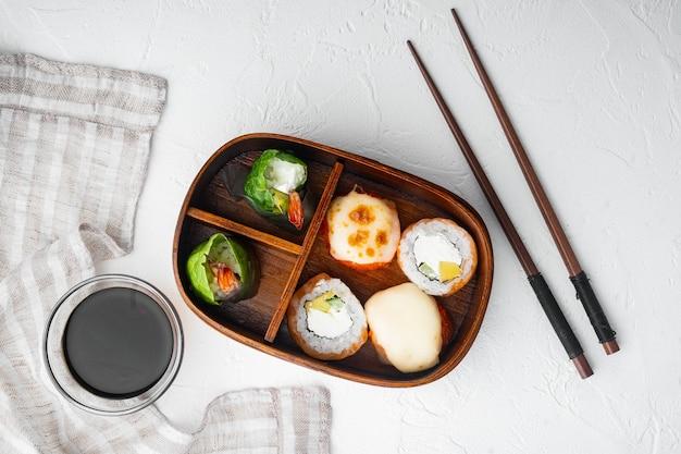 Набор суши-роллов bento lunch на белом камне