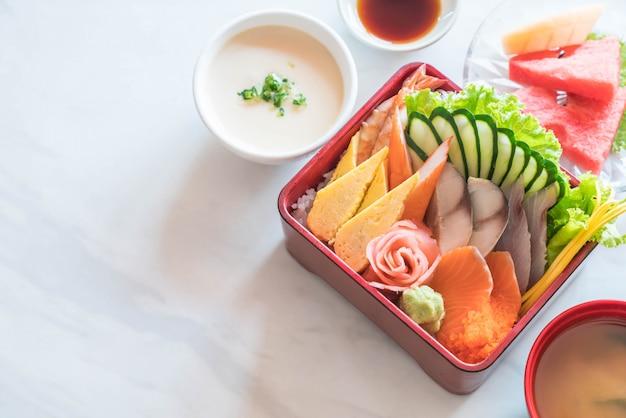 Сырые свежие сашими с рисом в коробке bento