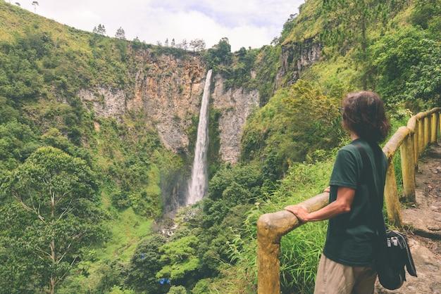 インドネシアのスマトラ、berastagi lake tobaのsipiso-piso滝。