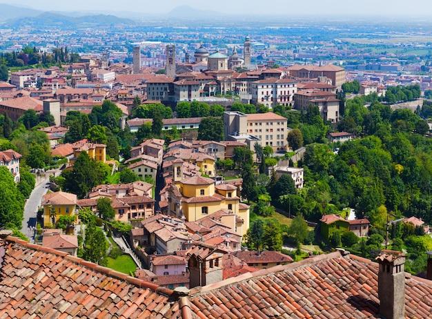 Городской пейзаж бергамо, вид на старый город, италия, летний день
