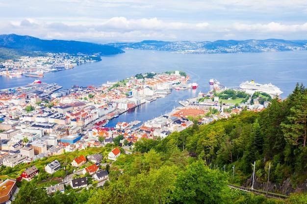 フロイエン山の視点から見たベルゲンの空中パノラマビュー。ベルゲンはノルウェーのホルダランにある市と自治体です。