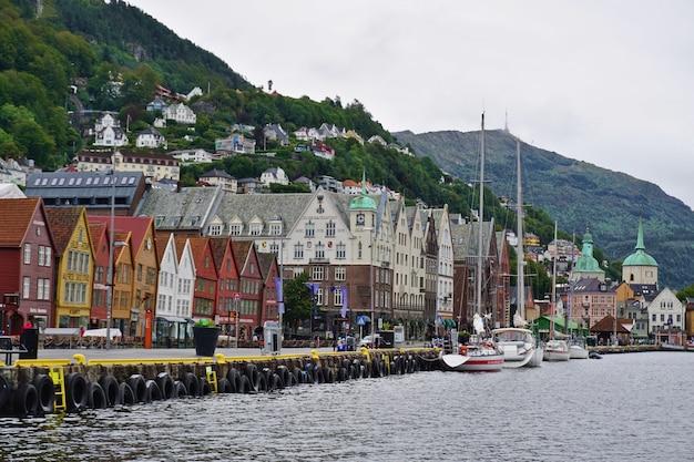 ノルウェー、ベルゲン。ノルウェー、ベルゲンのハンザ同盟埠頭、ブリッゲンの歴史的建造物の眺め。