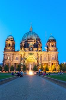 Берлинская соборная церковь (berliner dom) синей ночью, берлин, германия