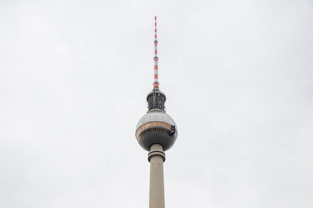 白い背景の上のベルリンテレビ塔。