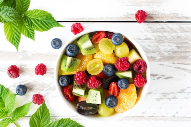 Ягоды и фрукты. в миске. вид сверху.