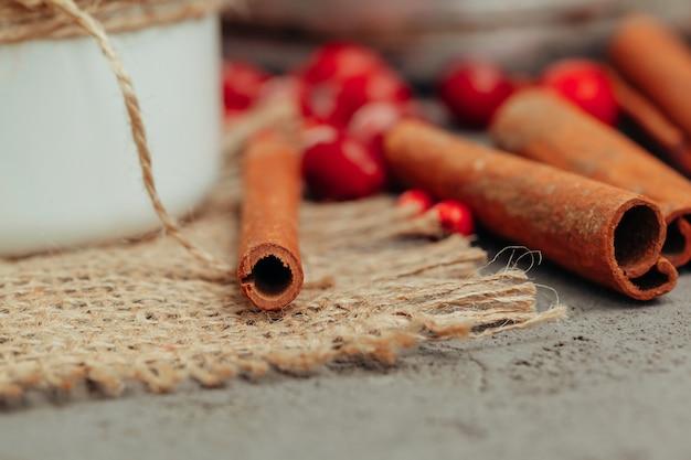 Ягоды и специи для приготовления глинтвейна крупным планом на кухонном столе