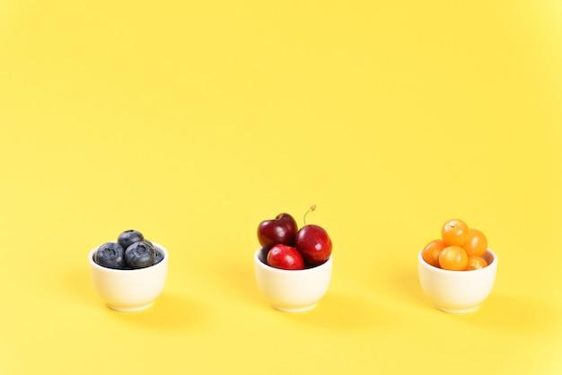 Ягодное ассорти физалис вишневое и черника в маленьких пиалах
