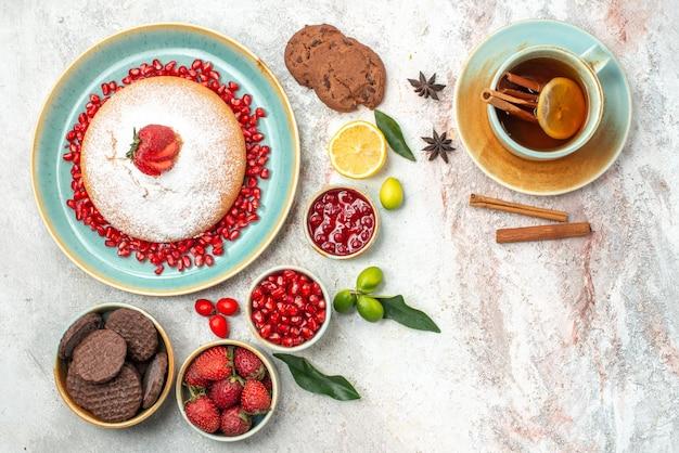 Frutti di bosco e biscotti una tazza di tè al limone e cannella biscotti la torta marmellata