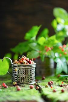 Ягоды из леса. ягоды костей и клубники на старом деревянном фоне с мхом