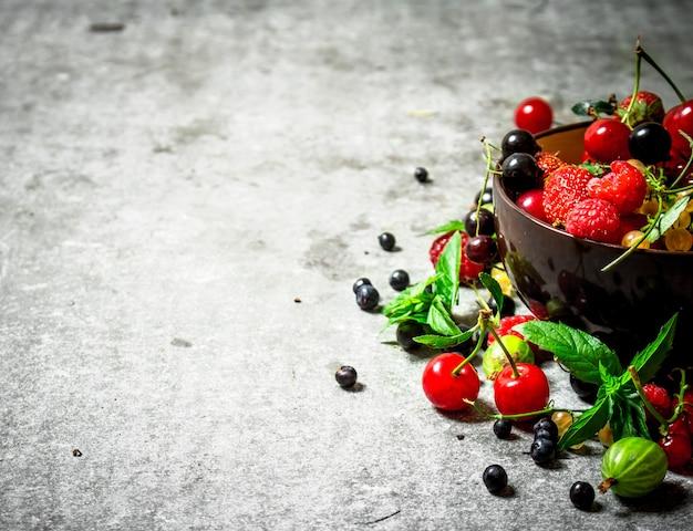 컵에 딸기. 돌 테이블에.
