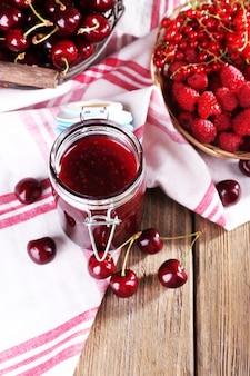 테이블에 유리 항아리에 딸기 잼 클로즈업