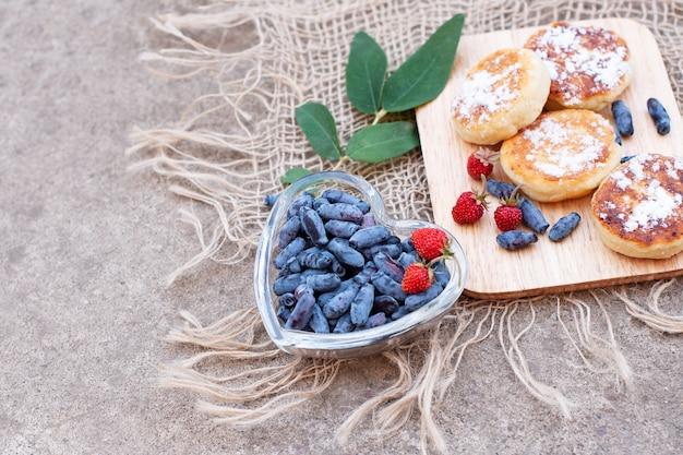 スイカズラの果実とコンクリート表面のパンケーキ
