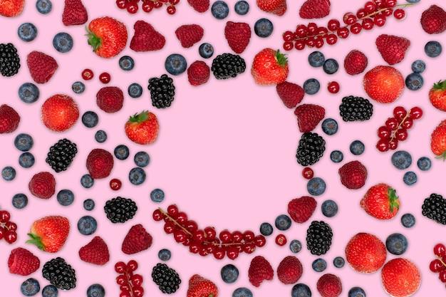 ピンクのイチゴラズベリーブラックベリースグリとブルーベリーで分離されたベリーのパターン
