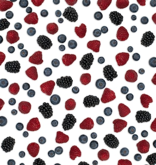 Образец ягод, изолированные на белом. клубника, ежевика малины и черника, расположенные на белом фоне. вид сверху.