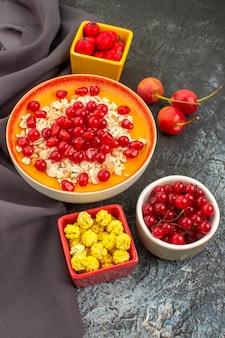 Ягоды тарелка овсянки с гранатами конфеты ягоды на скатерти